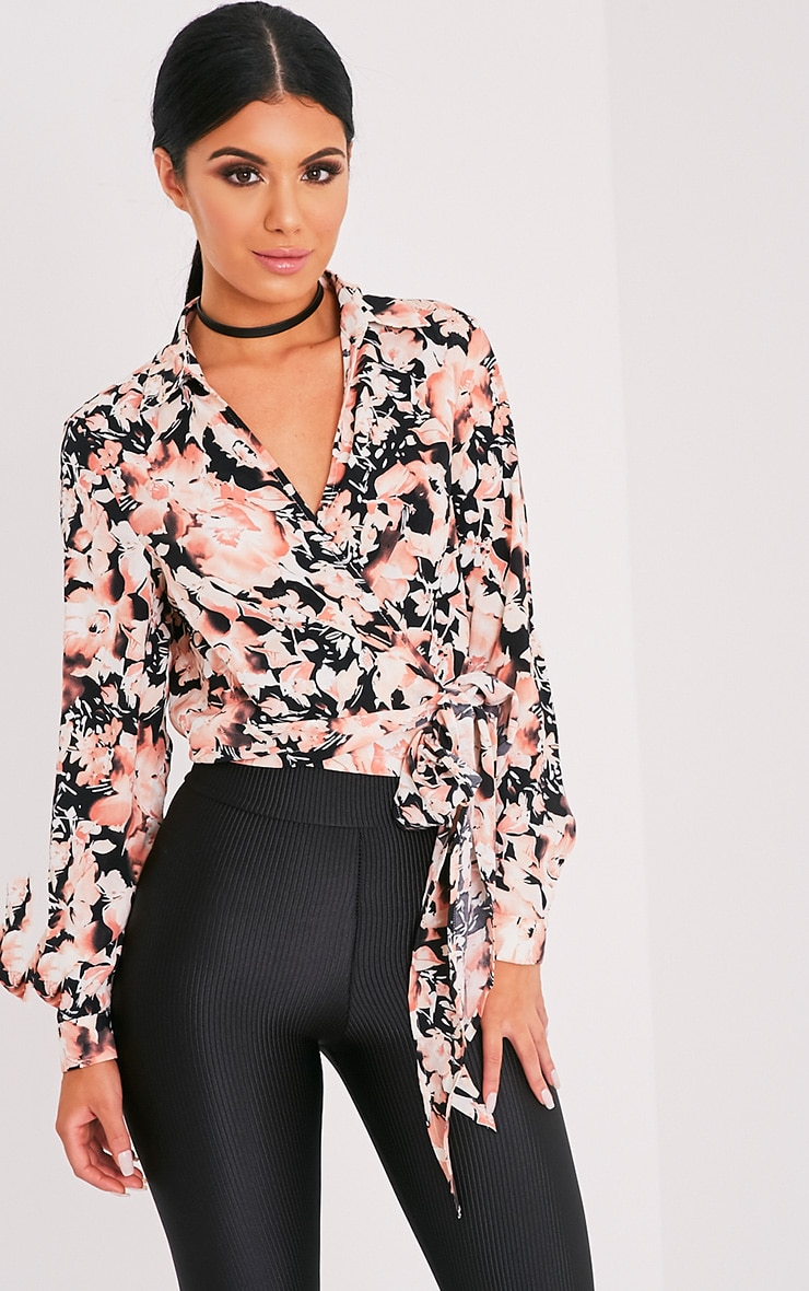 Avalyn chemisier cache-cœur rose à nœud sur le devant et imprimés floraux 1