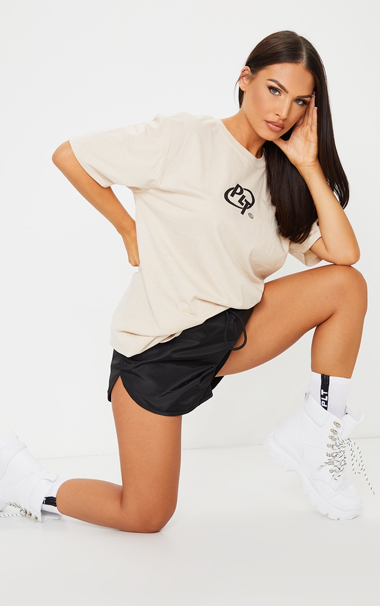 PRETTYLITTLETHING Stone Logo Print T Shirt 3