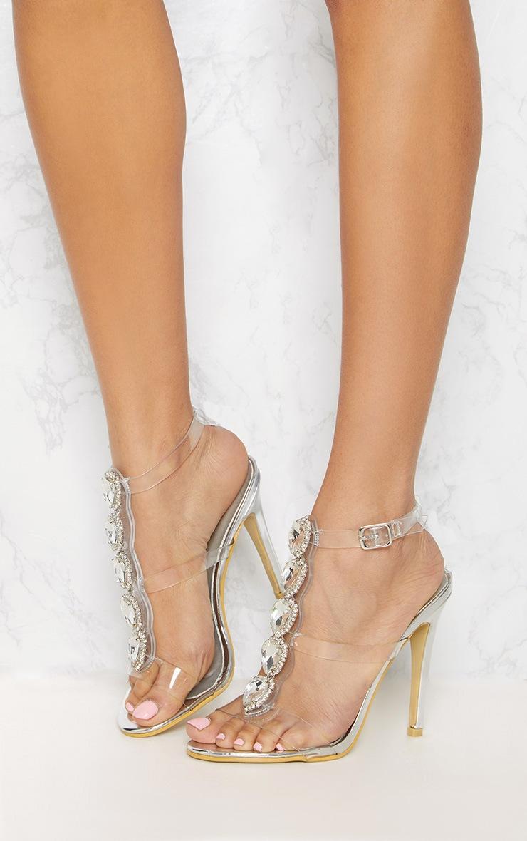 Sandales à talons argentées à ornements 2