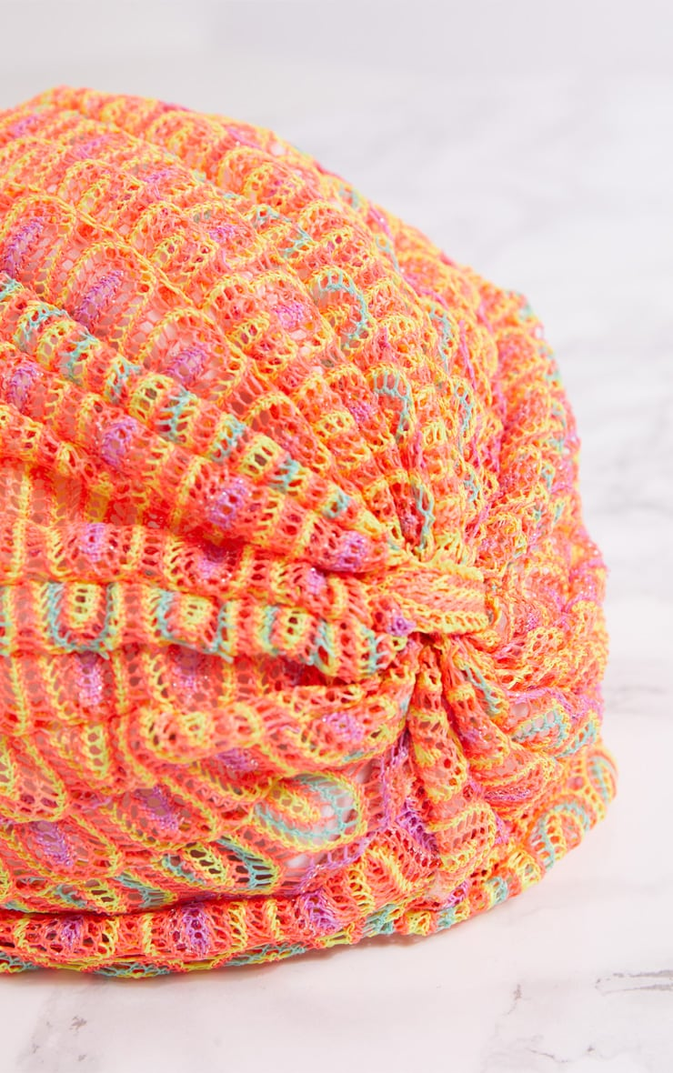 Bonnet torsadé en crochet orange fluo  4