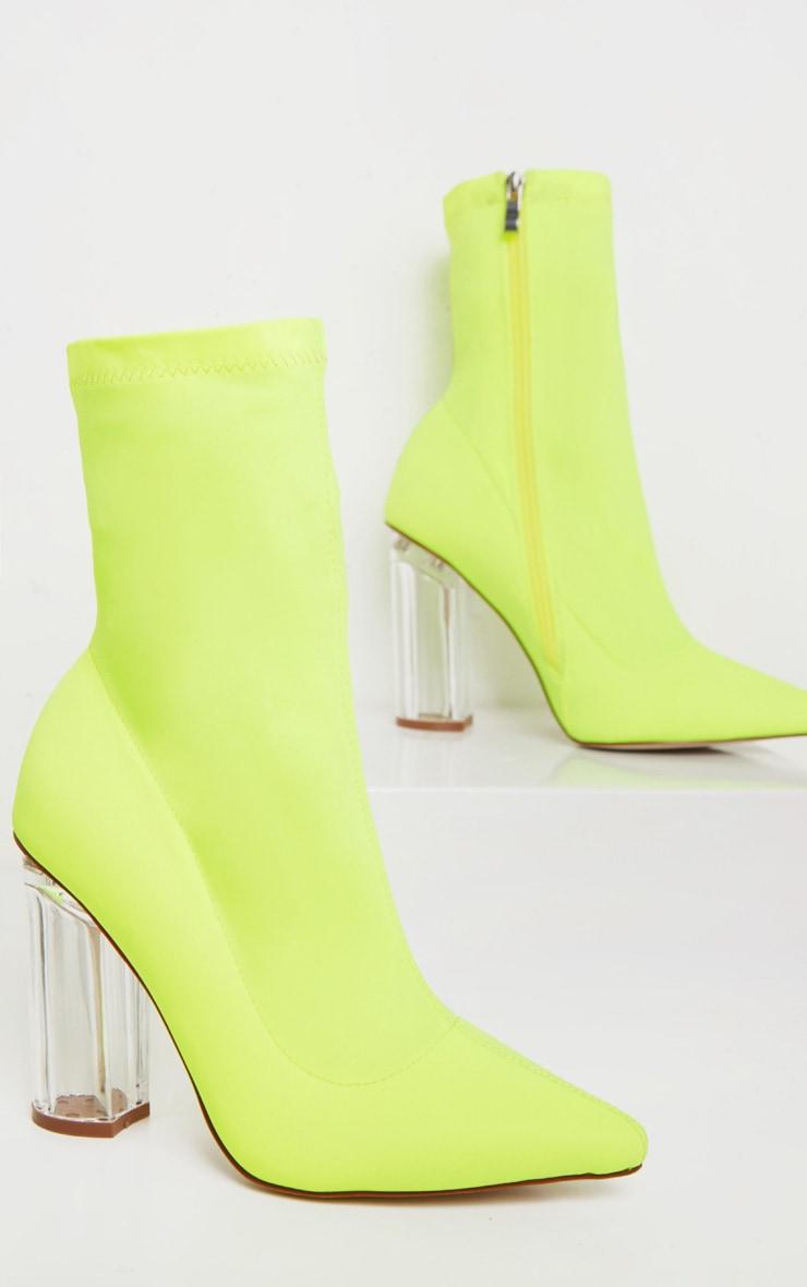Bottines chausettes jaune fluo à talons bloc transparents 3