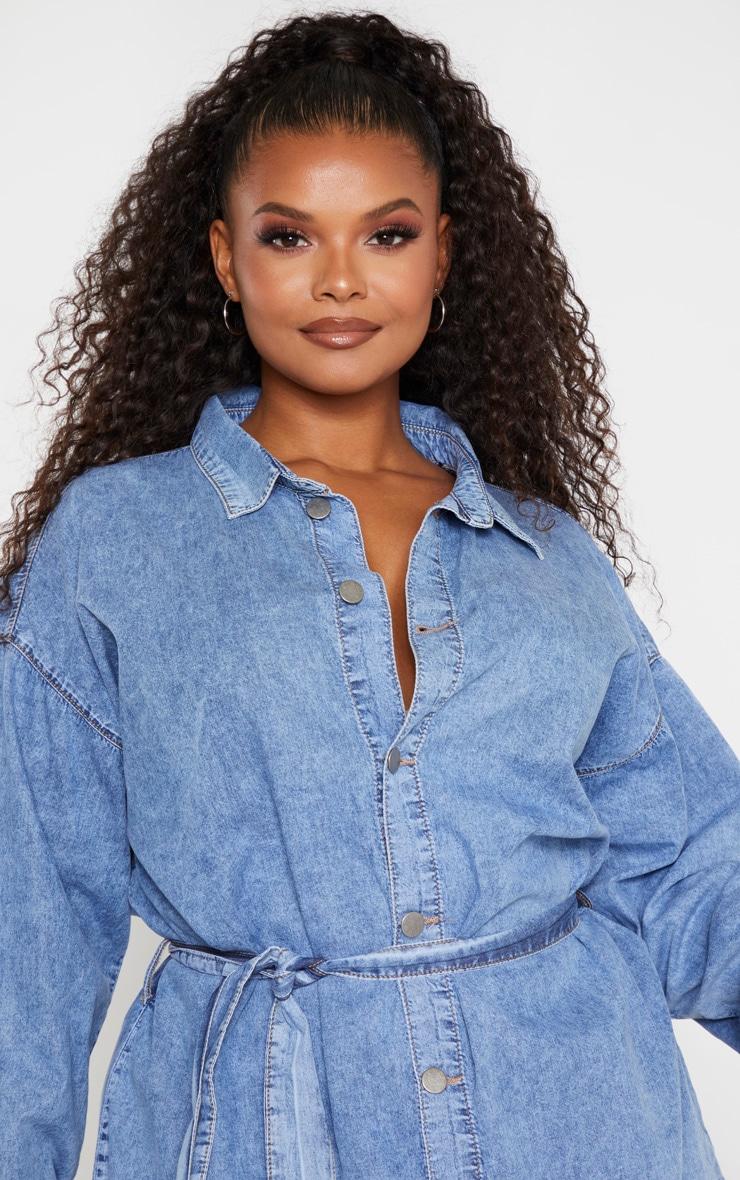 PLT Plus - Robe en jean bleu moyennement délavé javelisé à détail ceinture 5