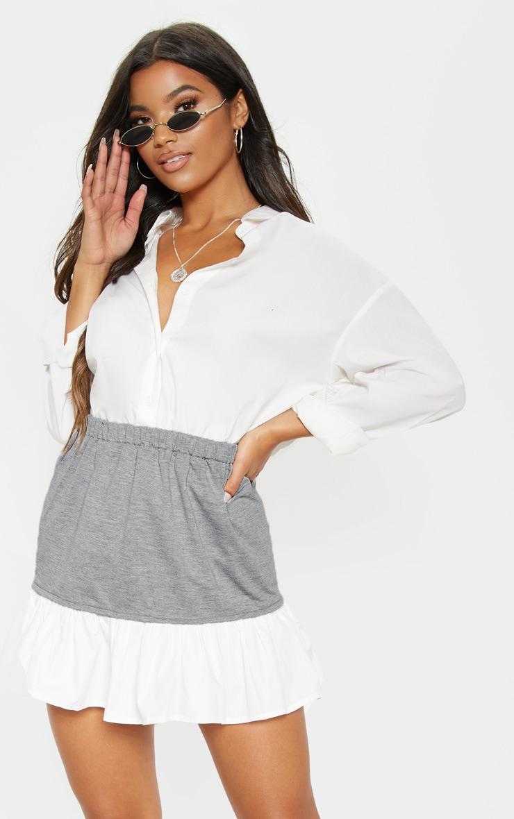 Mini-jupe en popeline grise à ourlet volanté contraste 1
