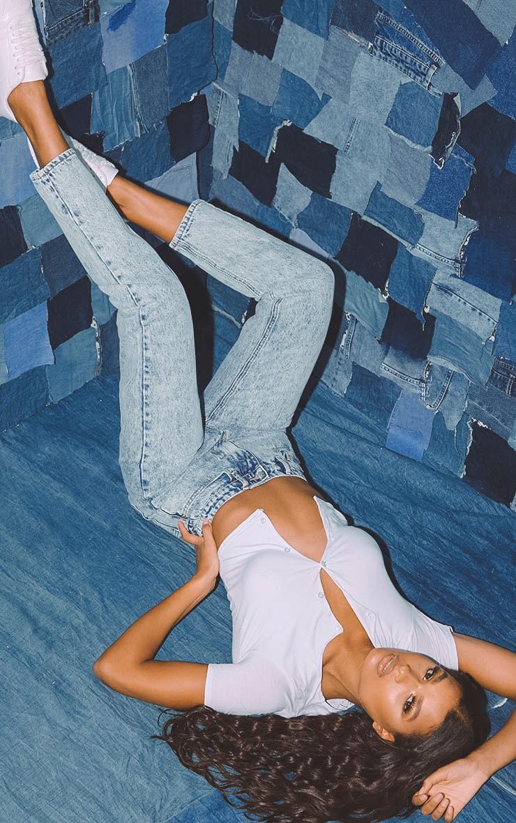 بنطلون جينز مُصمم بقصة موم باللون الأزرق المعالج بالأحماض من بريتي ليتل ثينج 6