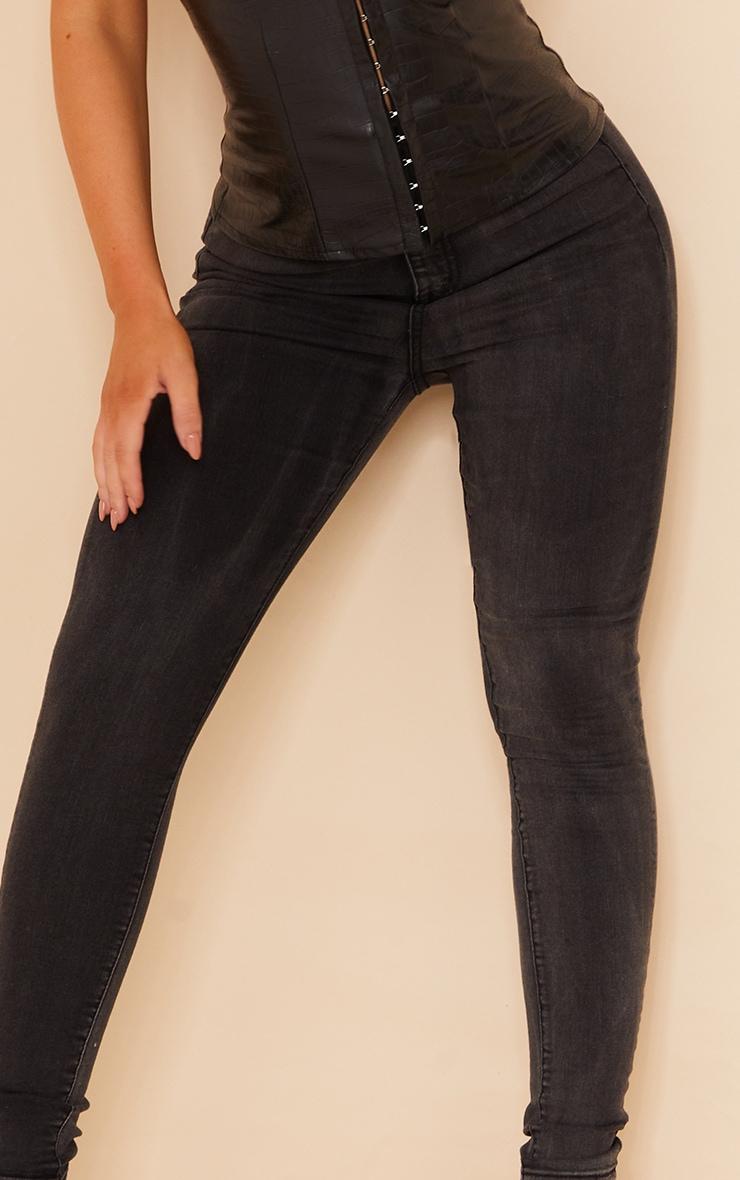 بنطلون جينز ضيق مزود بخمسة جيوب باللون الأسود الباهت من بريتي ليتل ثينج 4