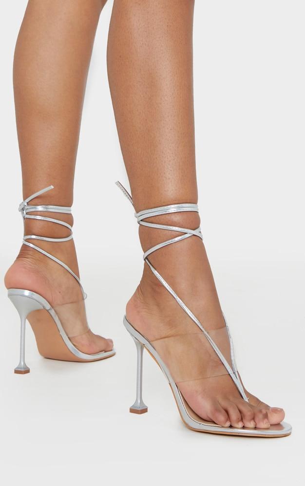 Sandales argentées style tongs à brides transparentes et lacets 1