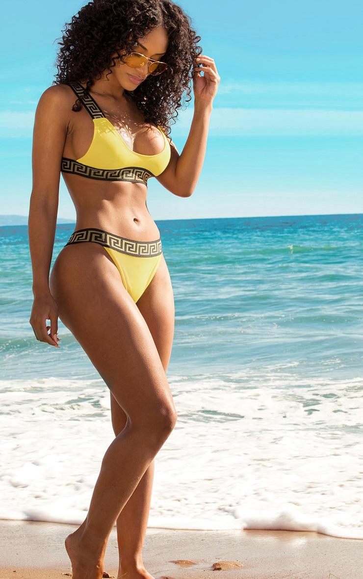 Bas de maillot de bain jaune taille haute avec bande à motifs clef grecque  1