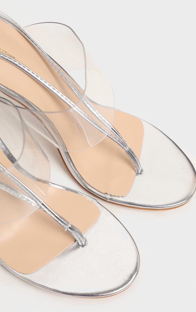 Sandales argentées style tongs à brides transparentes et lacets 3