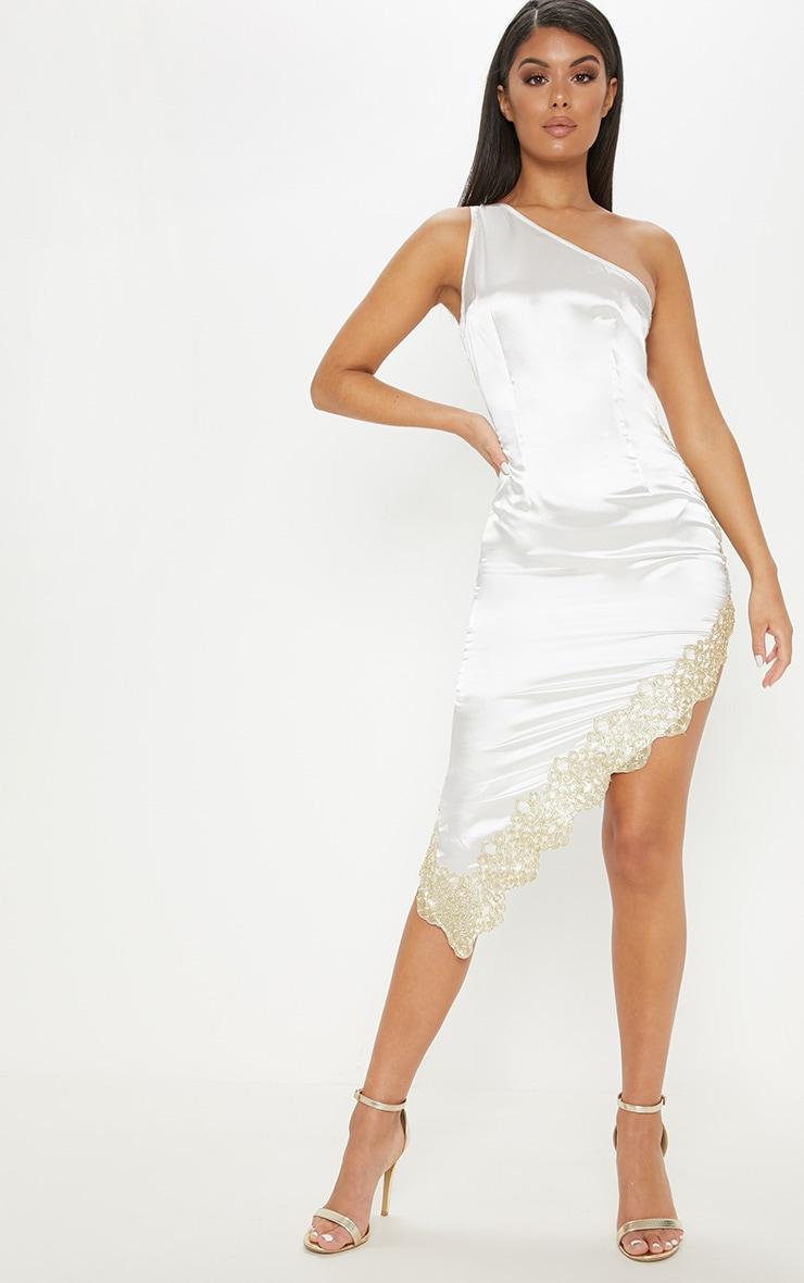 Robe asymétrique blanche satinée. Robes   PrettyLittleThing FR 0d37b93a3fff