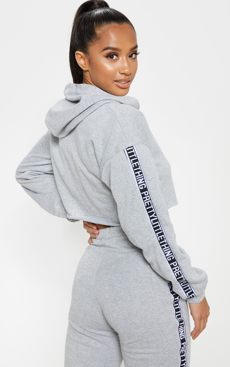 Petite - Hoodie court gris chiné à broderie PRETTYLITTLETHING 2