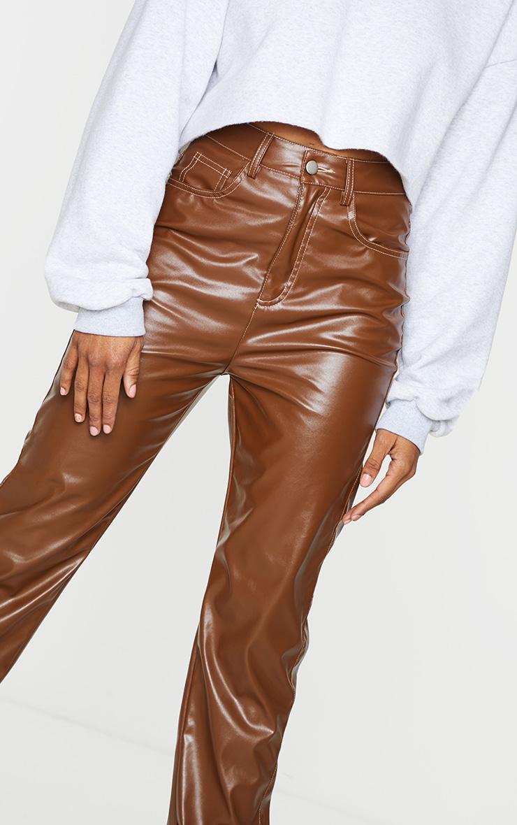 Pantalon similicuir marron chocolat à coutures contrastées 4