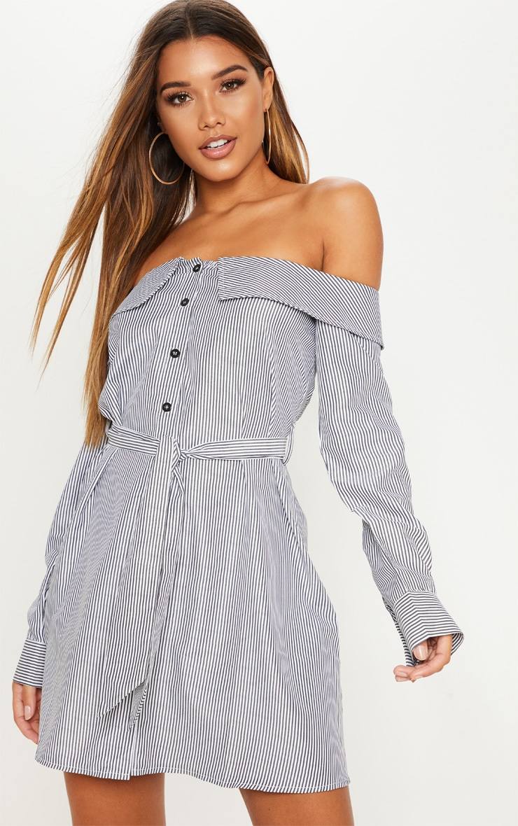 52fe2aa2269a Robe chemise noire rayée à col bateau. Robes   PrettyLittleThing FR