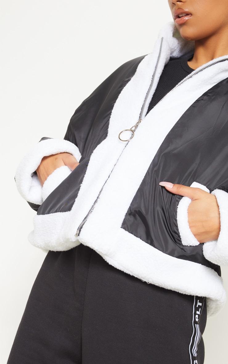 Veste courte à capuche noire à bordures imitation peau de mouton