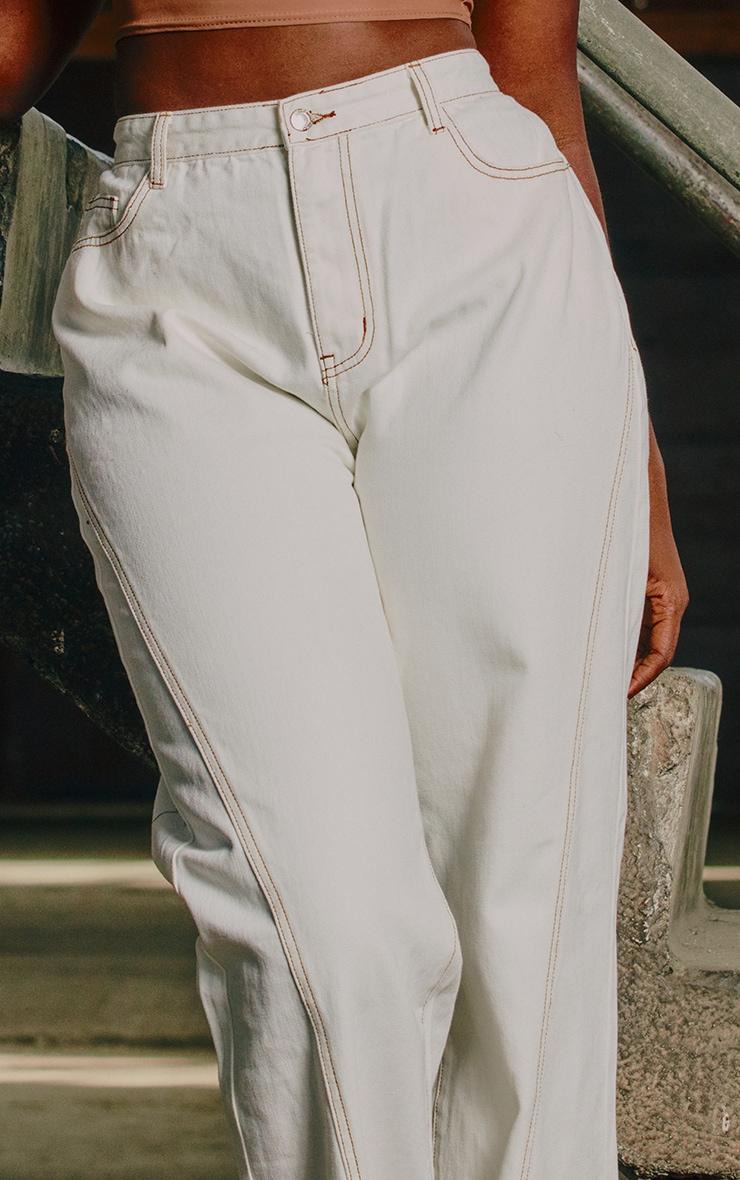 Jean blanc cassé à coutures contrastantes couleur tabac et fentes frontales 4
