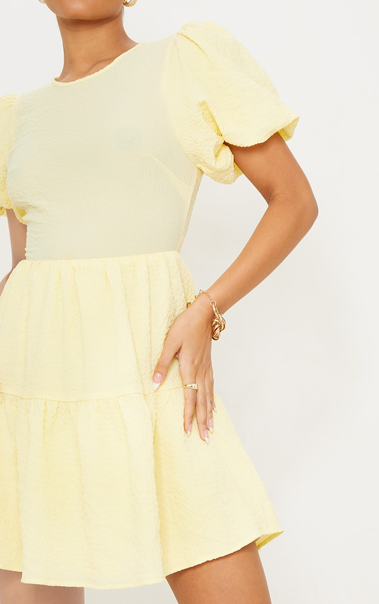 Robe droite citron texturée à manches bouffantes et étages détail dos noué 4