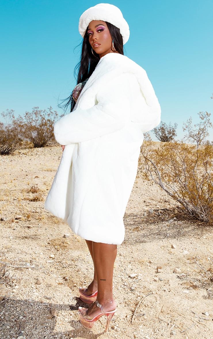 Manteau long à capuche en fausse fourrure deluxe blanche  2
