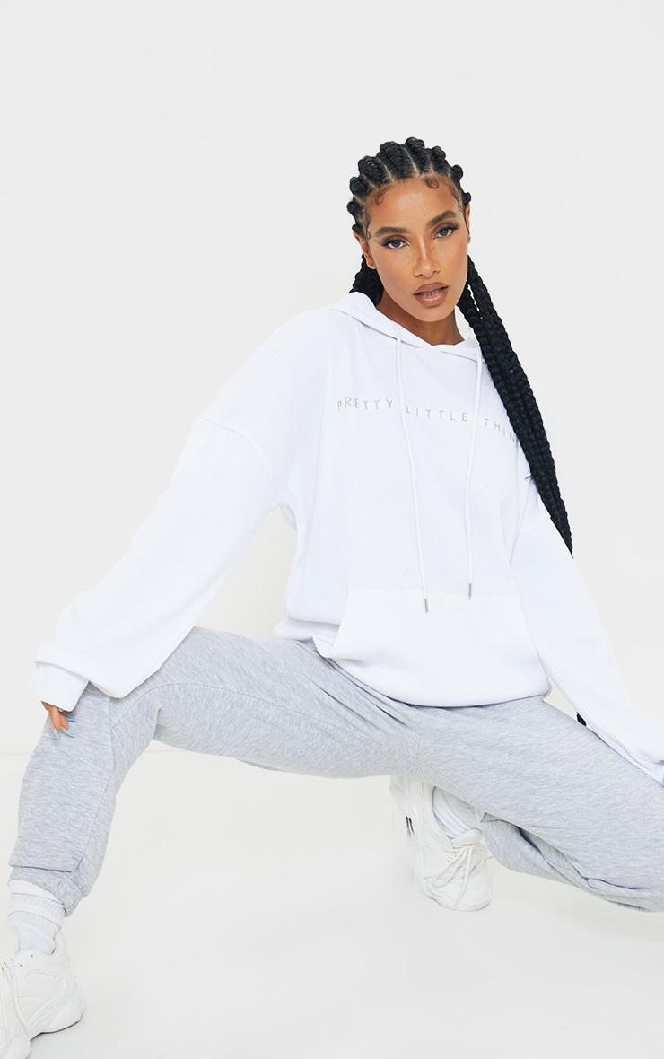PRETTYLITTLETHING - Hoodie oversize en maille gaufrée blanche 3