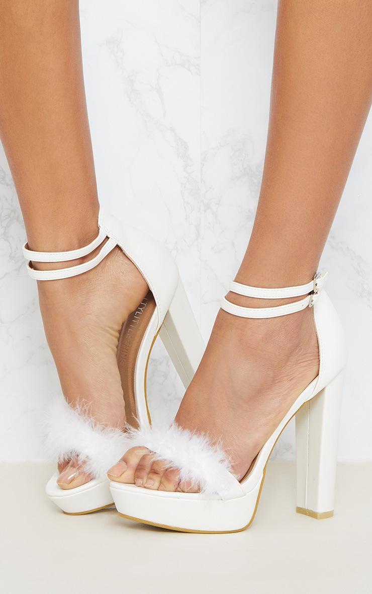 Shea sandales à plateformes en vinyle duveteuses blanches 2