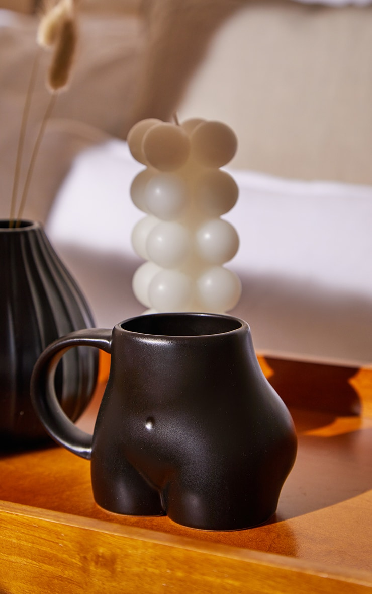 Mug fesses en céramique noire 1