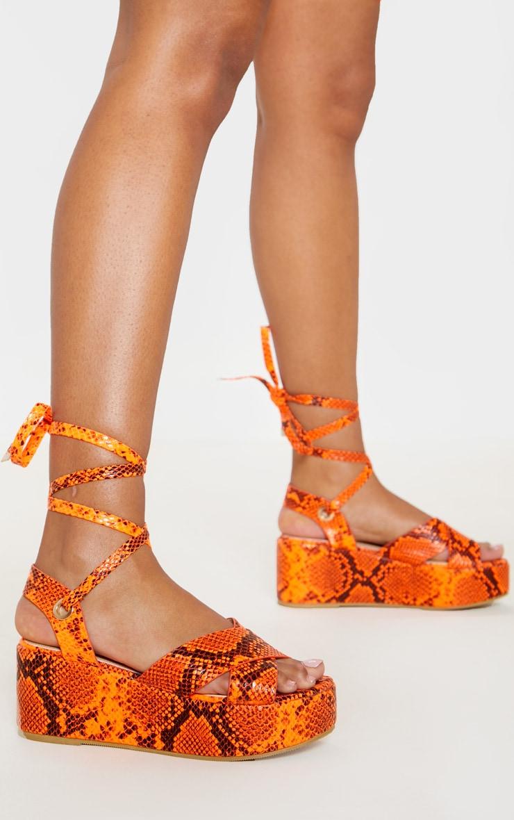 Sandales lacées imprimé serpent orange fluo à plateformes 1