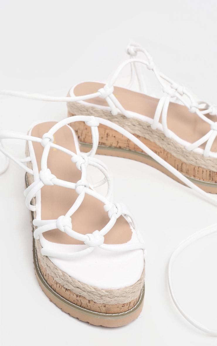 Sandales compensées style espadrilles à brides nouées blanches 3