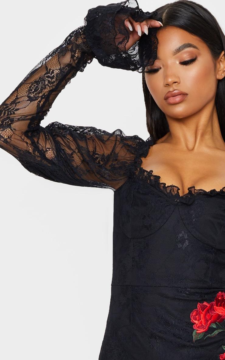 Robe moulante en dentelle noire à roses brodées et manches longues 6