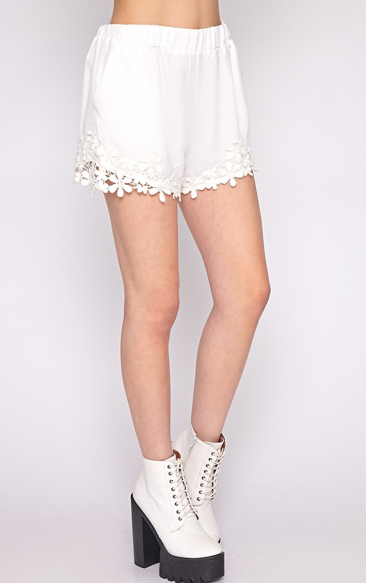 Lyra White Floral Trim Short -M/L 3