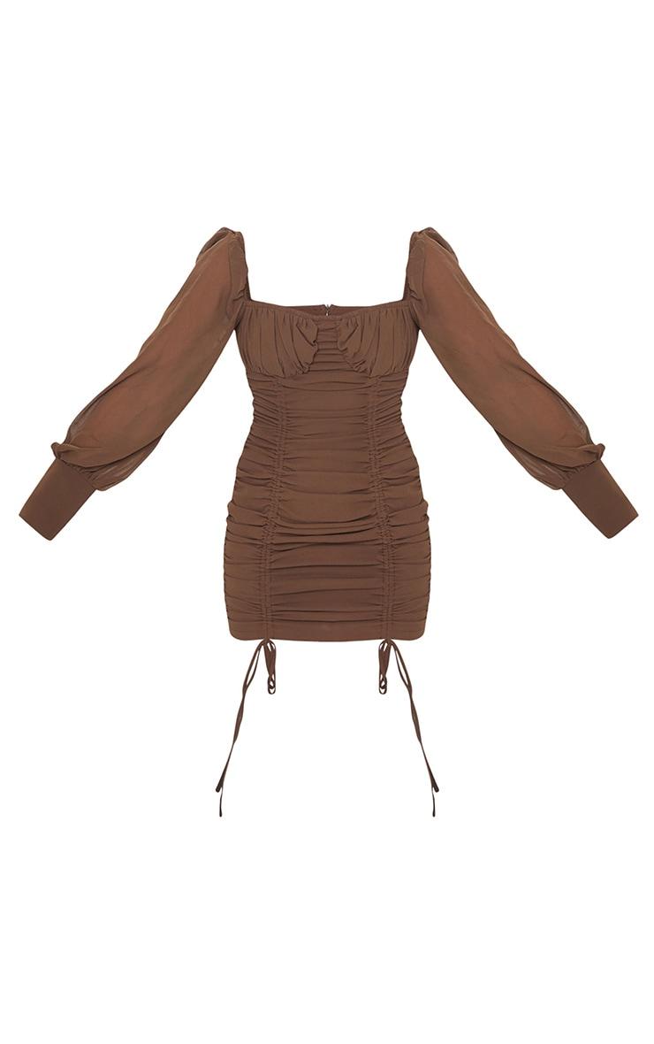 Robe moulante en mousseline de soie taupe à manches longues et jupe froncée 5