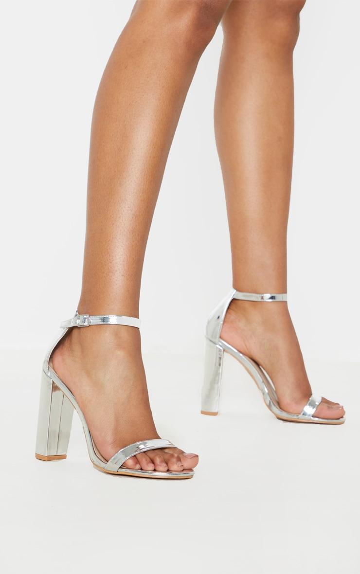 Sandales à talon carré et bride cheville argentée 2
