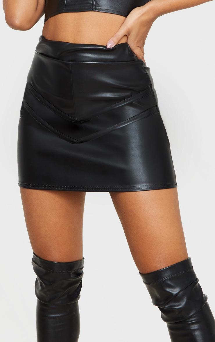 Mini-jupe noire en similicuir à liserés 5
