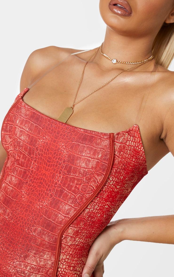 Robe moulante imprimée serpent rouge à coutures apparentes et bretelles transparentes 5