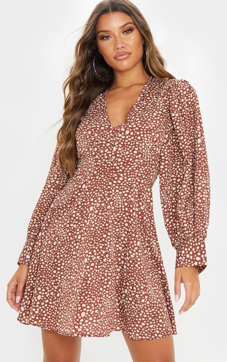 Robe babydoll imprimée dalmatien marron à coutures à la taille et boutons 1