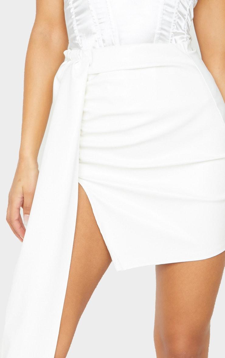Mini-jupe en similicuir blanc  à détail très drapé 6