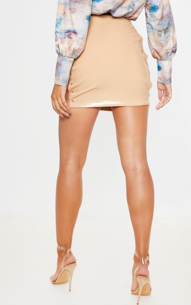 Mini-jupe en vinyle gris pierre à lacets  4