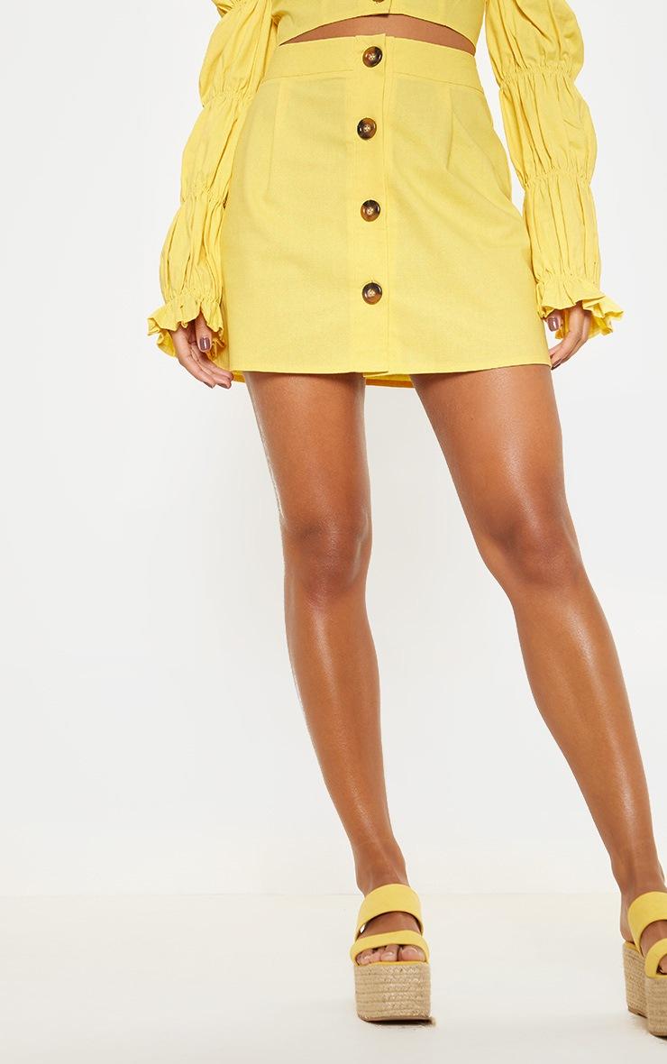 Mini-jupe jaune en coton à boutons devant 2