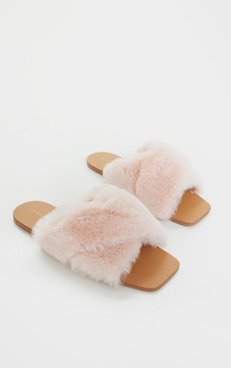 Claquettes en fausse fourrure rose pâle à brides croisées  4