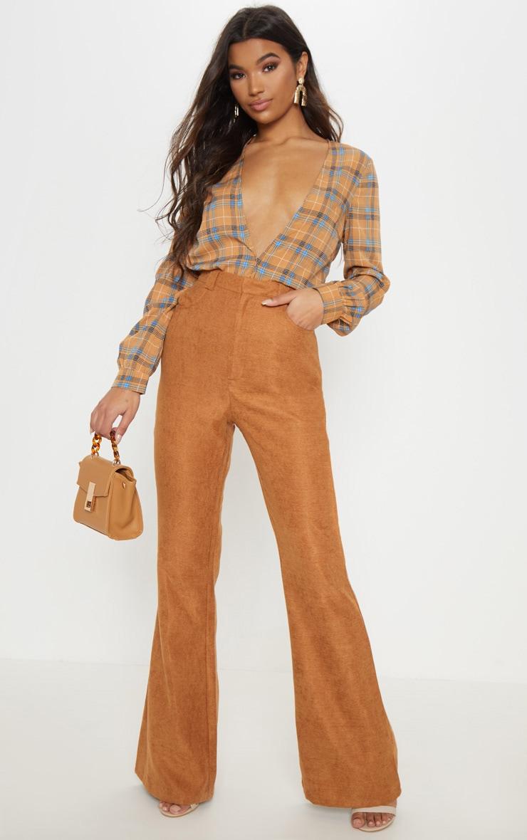 Pantalon velours côtelé camel évasé. Pantalons   PrettyLittleThing FR 3d1dda07c04