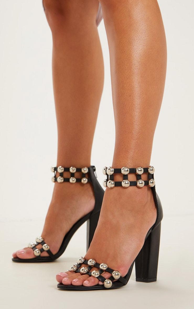 Sandales cloutées noires à gros talons 2
