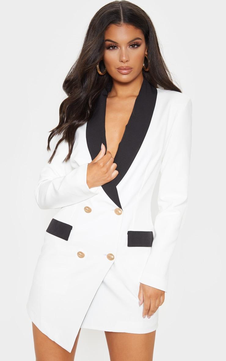 Robe blazer blanche à boutons dorés et col contraste 4