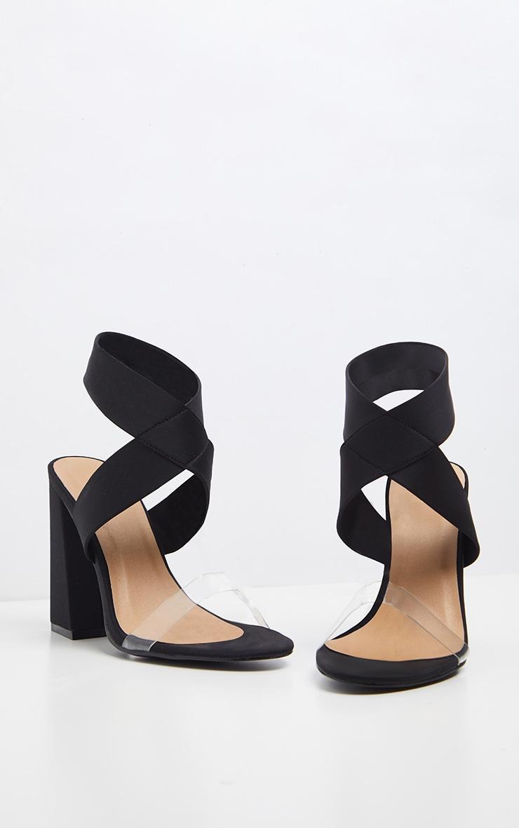 Sandales noires à gros talon et larges brides élastiques  3