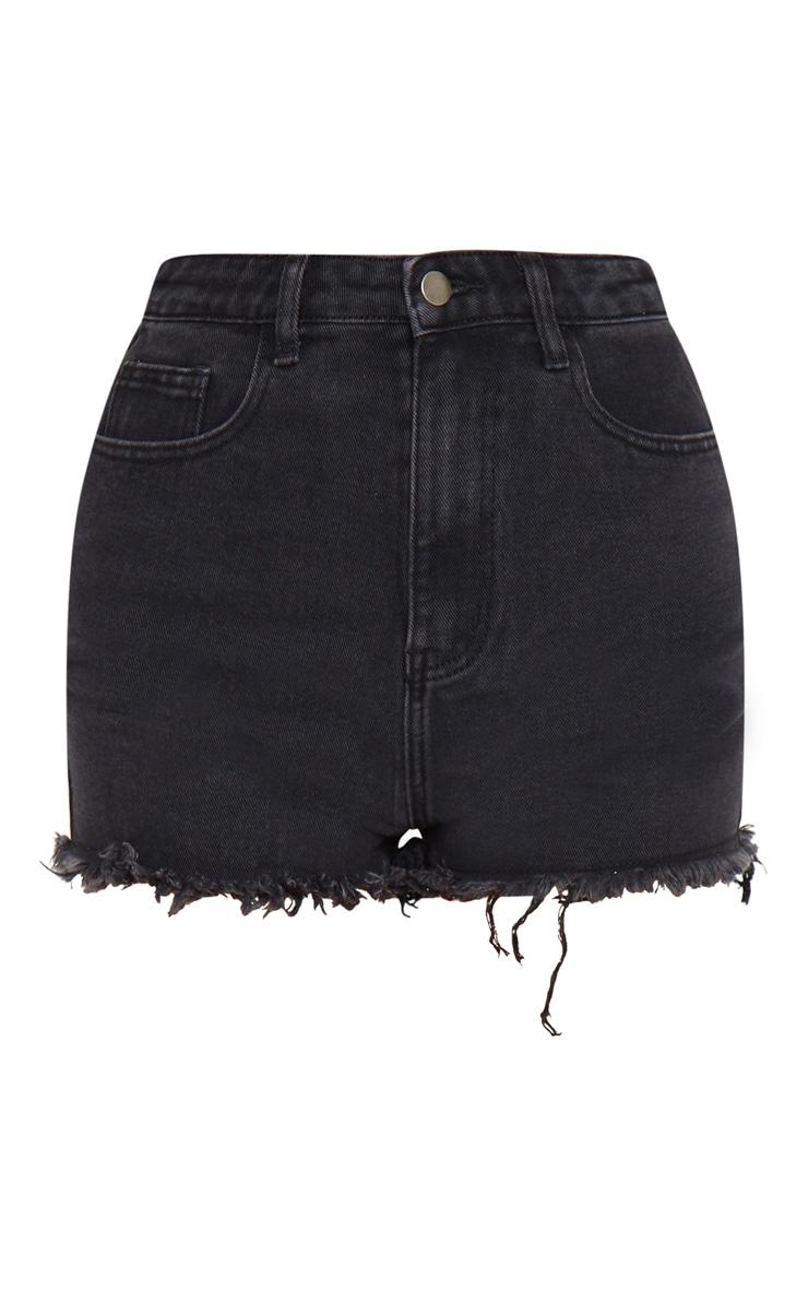 PRETTYLITTLETHING - Short en jean noir délavé déchiré à ourlet effiloché 5