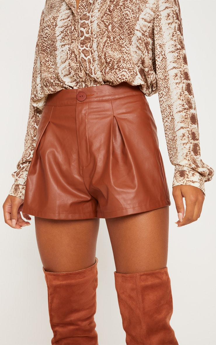 Short en similicuir marron plissé 5