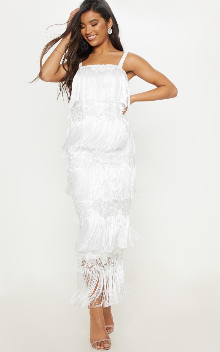 f028764a1ea Robe longue blanche à bandes de franges. Robes