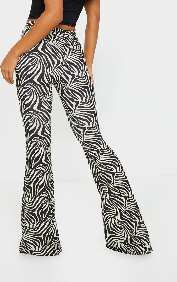 Pantalon flare noir à imprimé zébrures 3