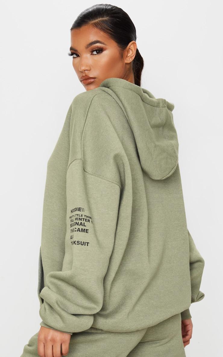 PRETTYLITTLETHING - Hoodie kaki oversize à poche frontale et slogan imprimé 2