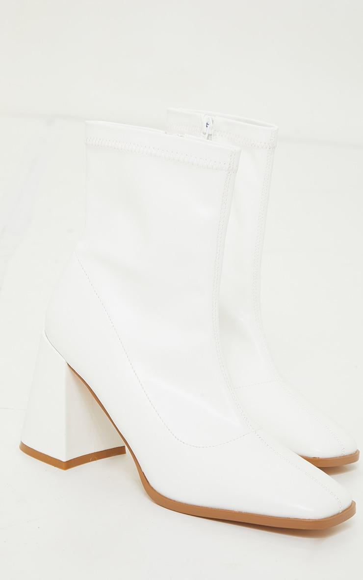 Bottes-chaussette carrées en similicuir mat blanc à talon bloc évasé moyen 3