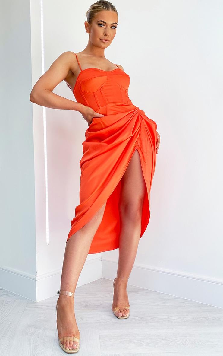 Robe satinée mi-longue à corset et jupe froncée orange vif 1