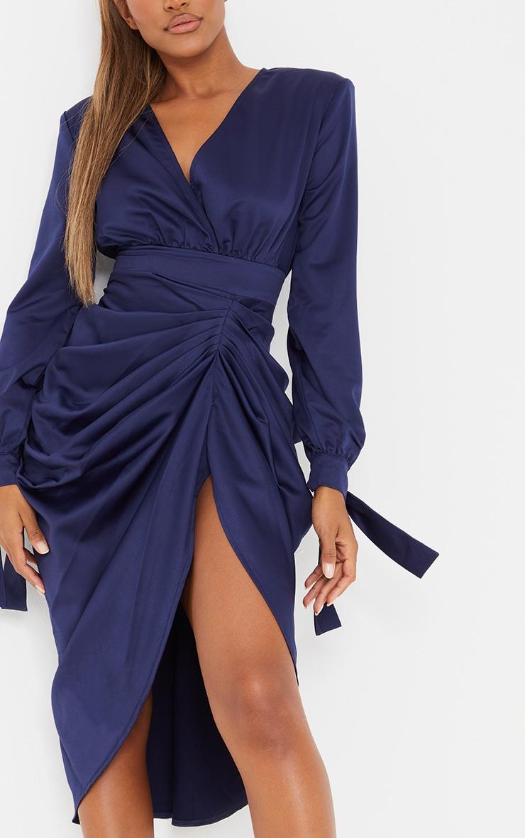 Robe mi-longue portefeuille bleu marine satinée à manches longues 4