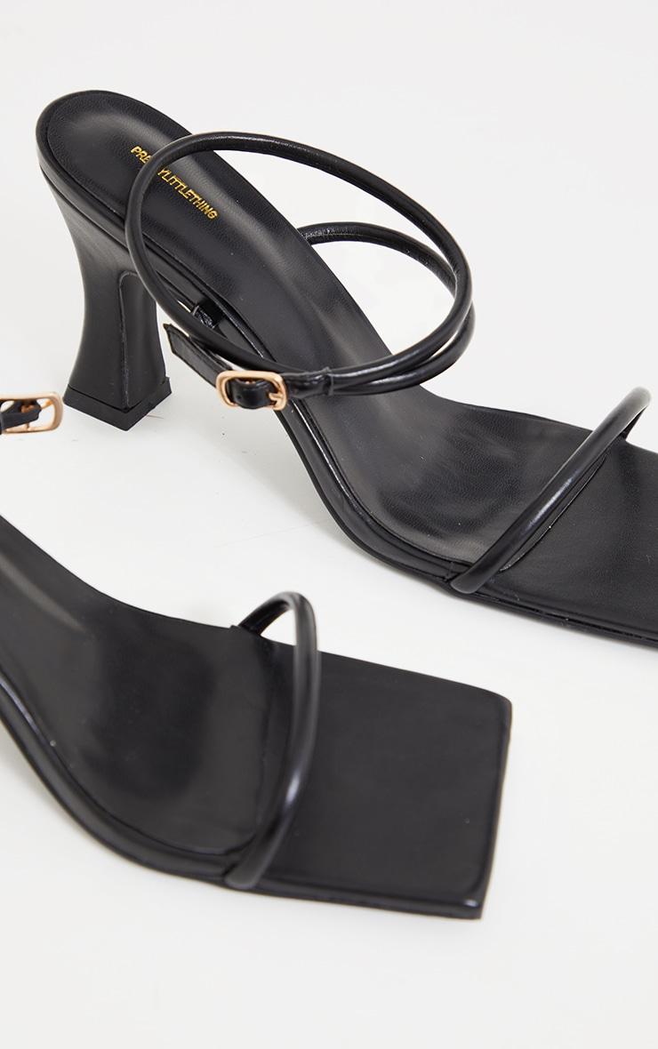 Sandales en similicuir noir à talons bas évasés et bout très carré 4