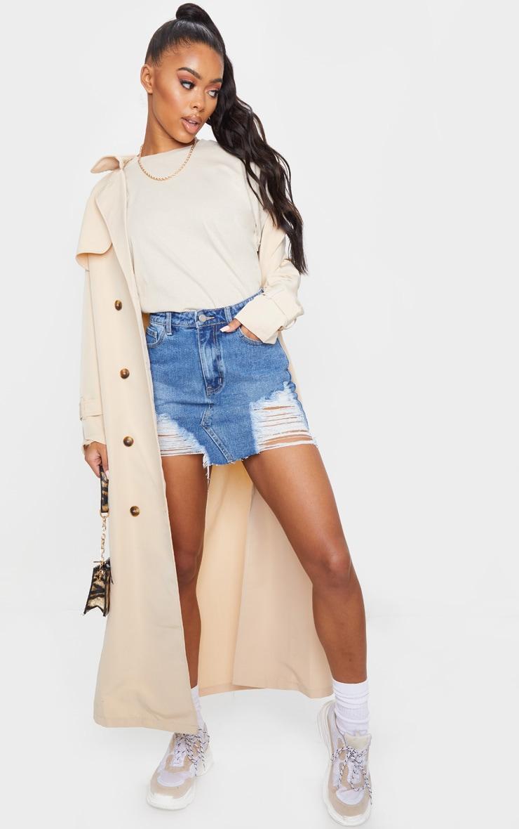 Mini-jupe en jean moyennement délavé déchiré 4